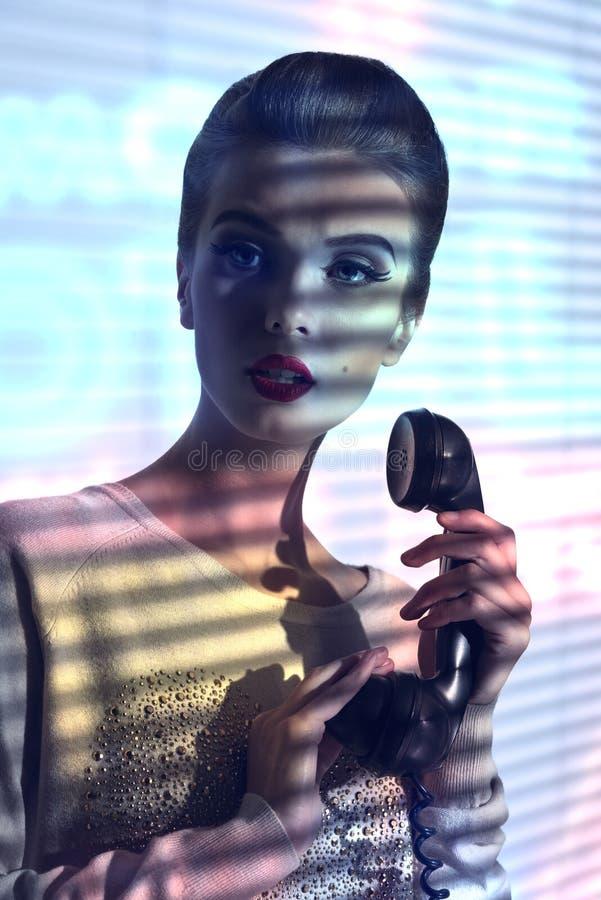 Элегантная женщина с винтажным телефоном стоковые фотографии rf