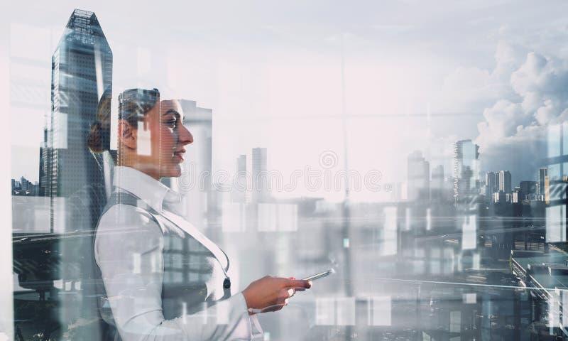 Элегантная коммерсантка в интерьере офиса Мультимедиа стоковое изображение rf