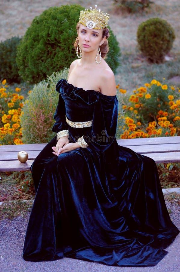 Элегантная молодая женщина одетая как ферзь стоковая фотография rf