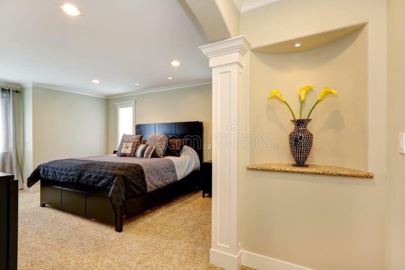 Элегантная спальня с сводом и украшенная ниша в стене стоковые фотографии rf