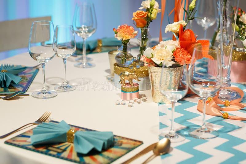 Download Элегантная таблица установила в мягкий Creme для партии Wedding или события. Стоковое Фото - изображение насчитывающей florist, официально: 37928632