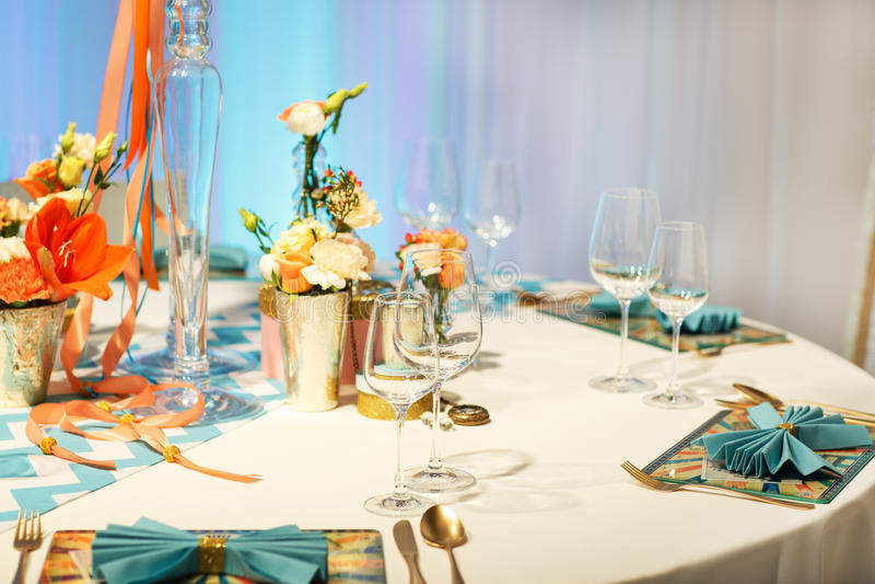 Download Элегантная таблица установила в мягкий Creme для партии Wedding или события. Стоковое Фото - изображение насчитывающей роскошь, декор: 37928672