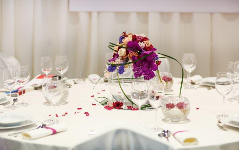 Download Элегантная таблица установила для партии Wedding или события Стоковое Изображение - изображение насчитывающей еда, салфетка: 37926097