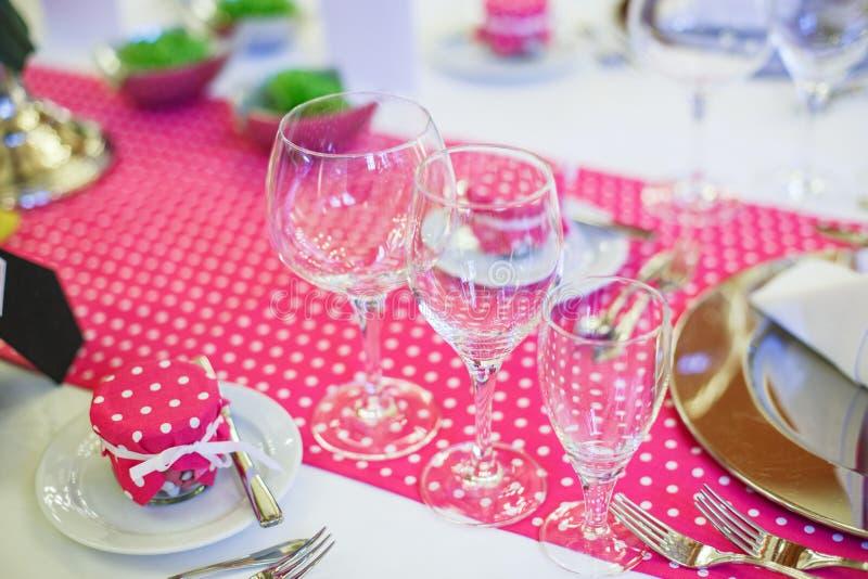 Download Элегантная таблица установила для партии Wedding или события Стоковое Изображение - изображение насчитывающей цветок, нутряно: 37926239