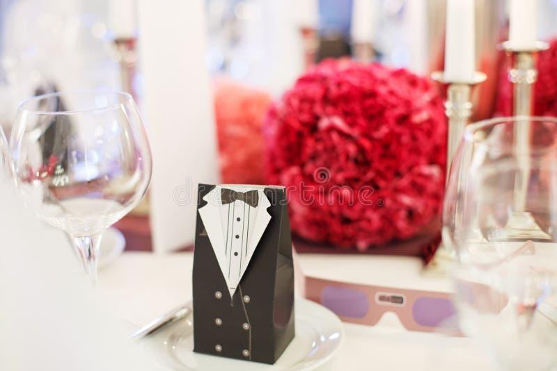 Download Элегантная таблица установила для Wedding или события в партии мягко красном цвете и Pi Стоковое Фото - изображение насчитывающей салфетка, конструкция: 37926324