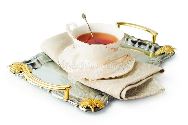 Элегантная чашка чая на подносе с сахаром на ручке стоковое фото rf