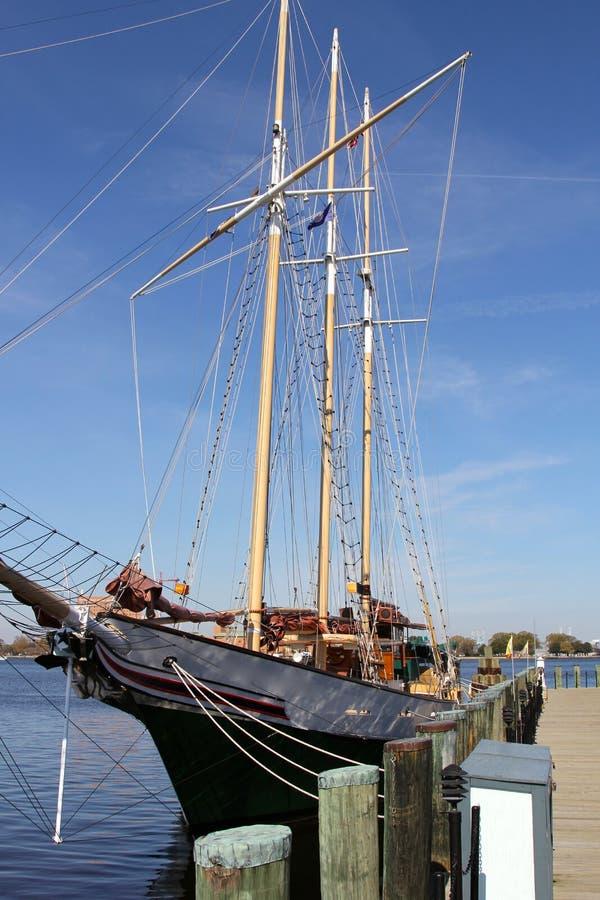 Элегантная яхта под совершенными голубыми небесами Норфолком Va стоковое изображение rf