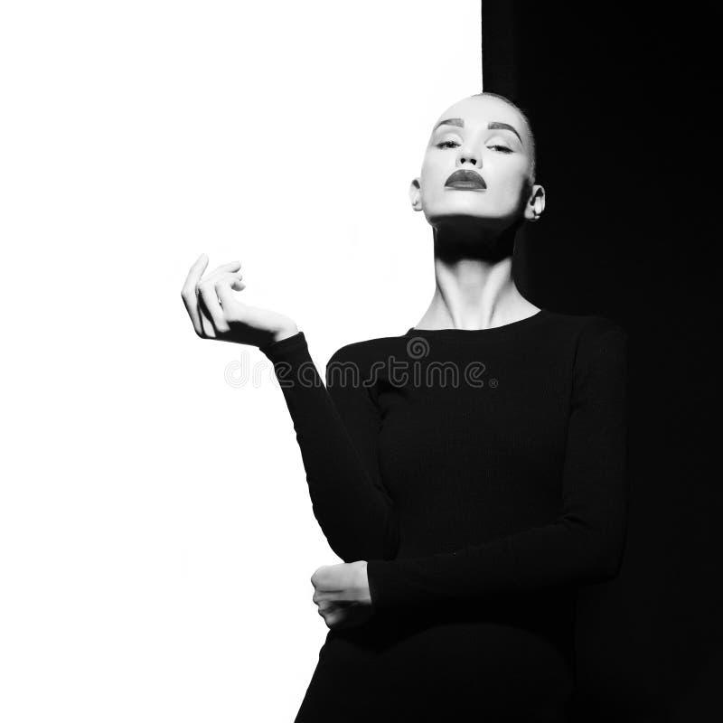 Элегантное blode в геометрической черно-белой предпосылке стоковые изображения