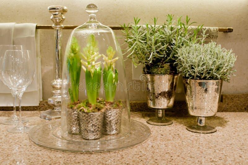 Элегантное worktop кухни с цветками стоковое фото rf