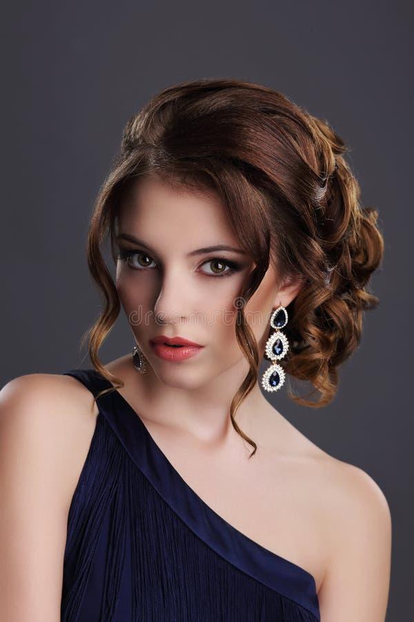 элегантность Стильная дама с драгоценным самоцветом - Eardrops платины с драгоценностями стоковые фотографии rf