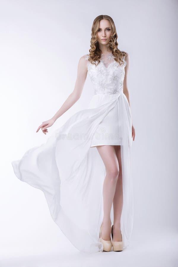элегантность Шикарная невеста в роскошном платье стоковая фотография