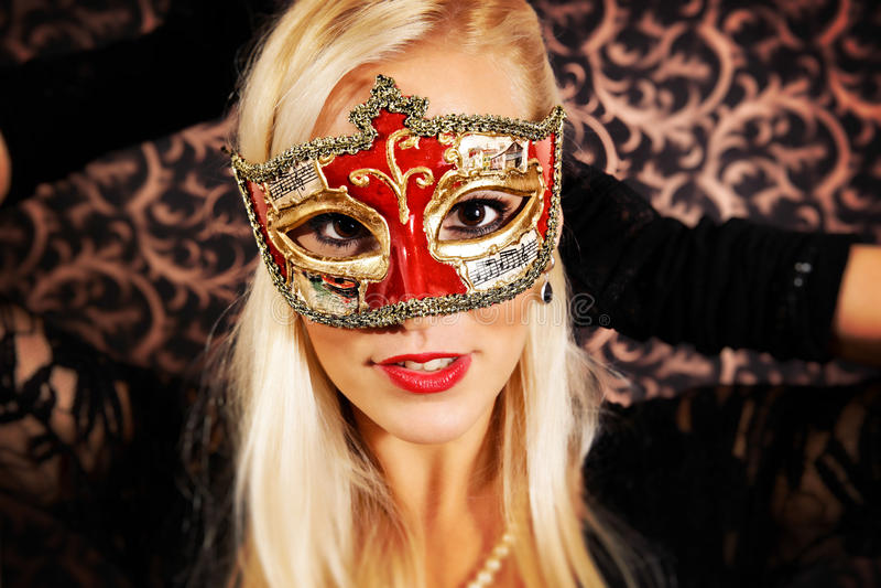 Элегантно одетая светлая модель волос нося маску стоковая фотография