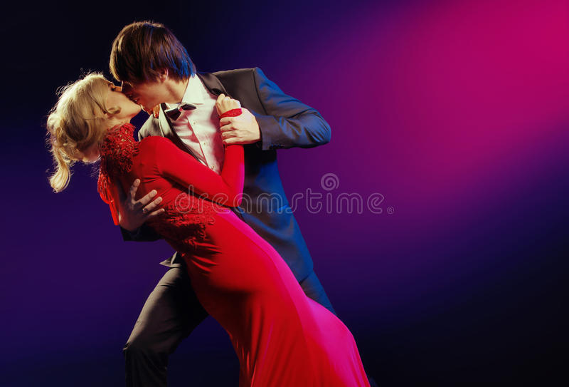 Элегантные пары в танце влюбленности стоковая фотография