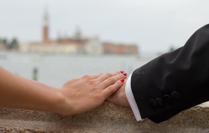 Элегантные пары держа руки стоковые изображения rf