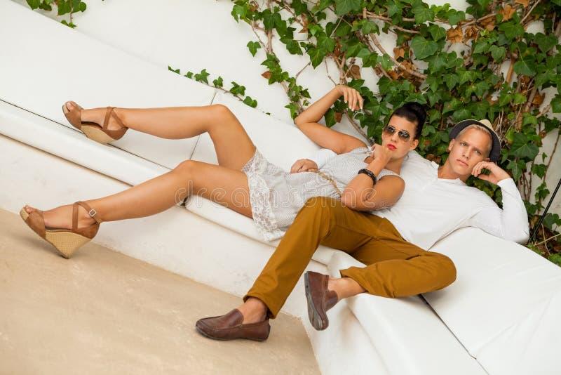 Download Элегантные ультрамодные молодые пары Стоковое Изображение - изображение насчитывающей блестяще, backhoe: 37929139
