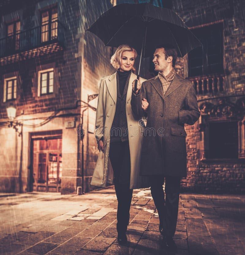 Элегантные хорошо одетые пары outdoors стоковое изображение