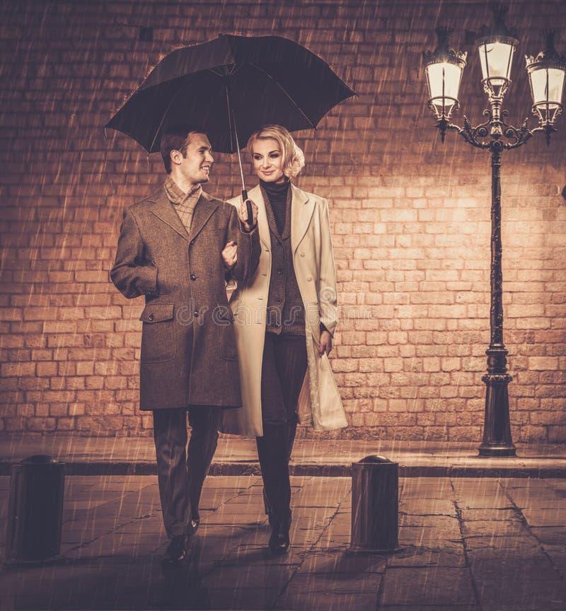 Элегантные хорошо одетые пары outdoors стоковое фото rf