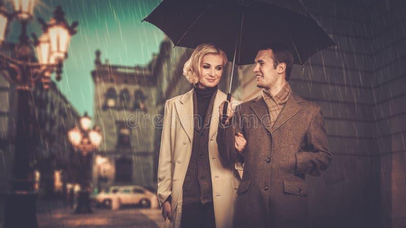Элегантные хорошо одетые пары outdoors стоковая фотография