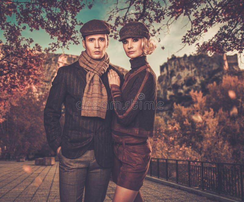 Элегантные хорошо одетые пары outdoors стоковая фотография rf