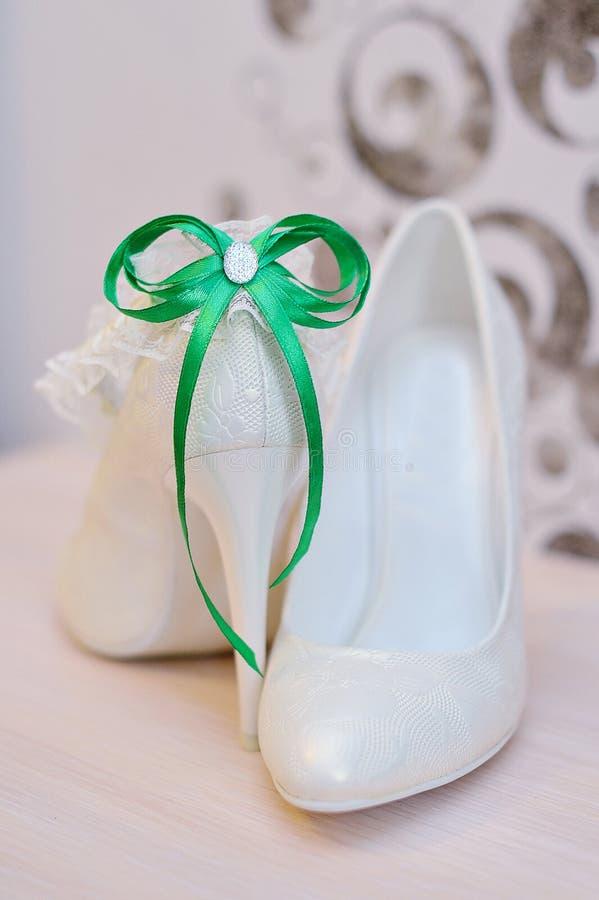 Элегантные bridal ботинки и белая подвязка стоковое изображение