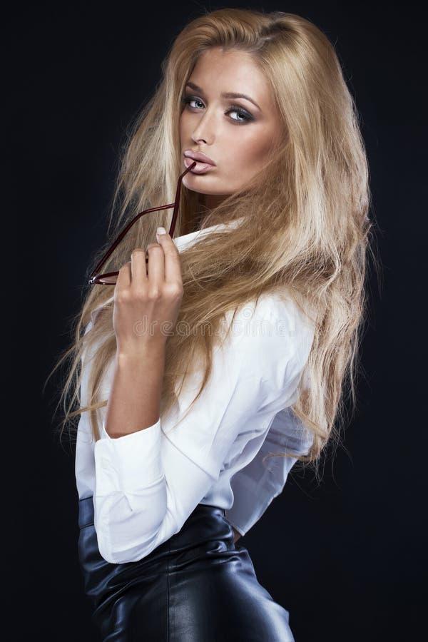 Элегантный белокурый представлять женщины стоковая фотография