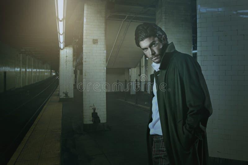 Элегантный вампир в станции метро стоковое фото rf