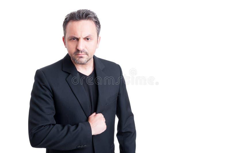 Элегантный итальянский босс мафии смотря сердитый стоковые изображения rf