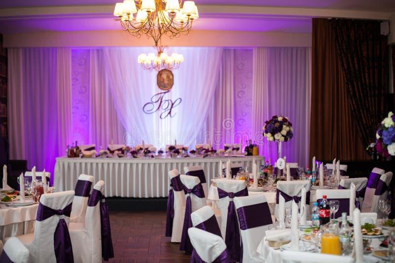 Элегантный и стильный фиолетовый прием по случаю бракосочетания цвета стоковая фотография rf