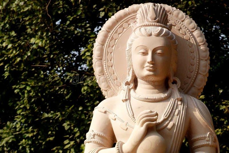 Элегантный каменный Будда с крупным планом сосуда стоковые фотографии rf