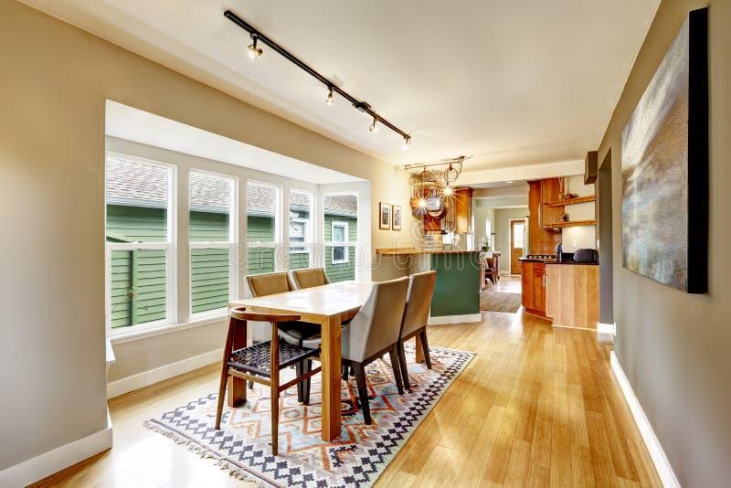 Элегантный обеденный стол установленный в комнату кухни стоковые фото