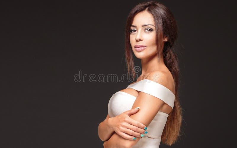 Элегантный представлять женщины брюнет стоковая фотография rf