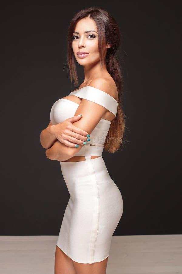 Элегантный представлять женщины брюнет стоковое фото rf