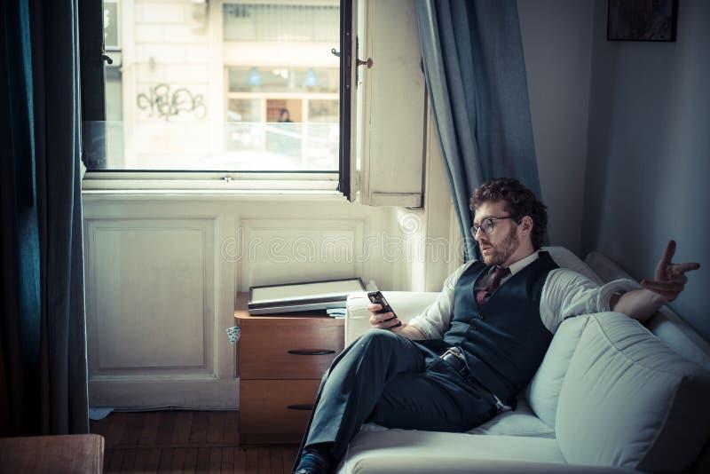 Элегантный привлекательный человек битника моды на телефоне стоковое изображение