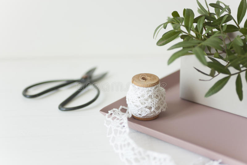 Элегантный состав с розовыми подносом и коробкой стоковое фото rf