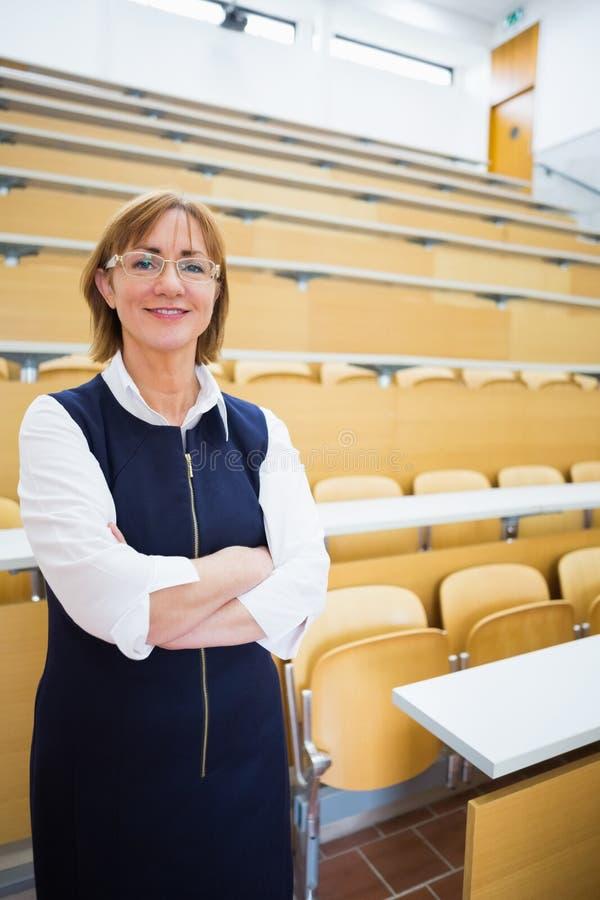 Элегантный учитель стоя в лекционном зале стоковое фото