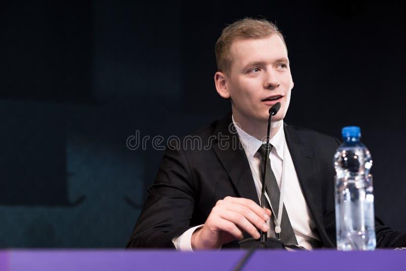 Элегантный человек во время пресс-конференции стоковое изображение rf