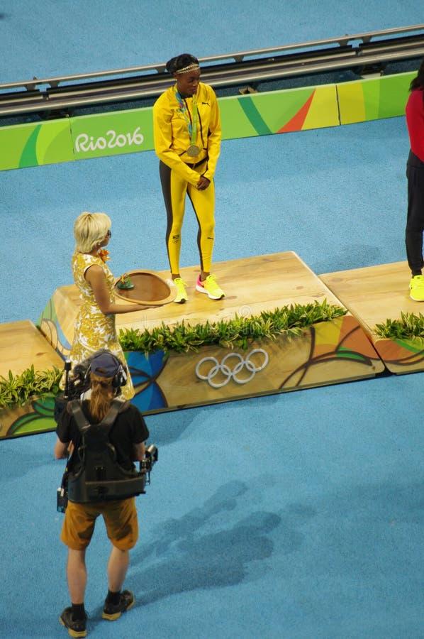 Элейн Томпсон, ямайский спринтер легкой атлетики на олимпийском подиуме стоковые изображения