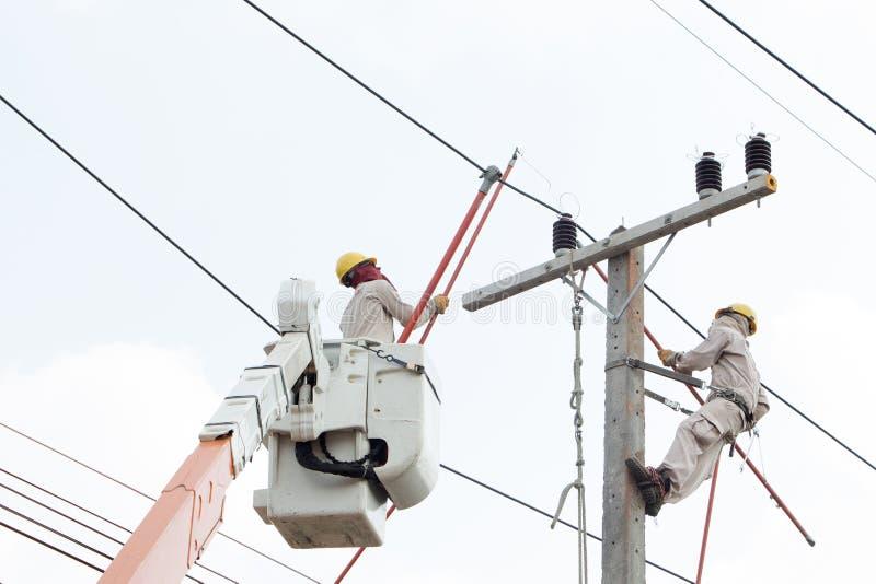 Электрики работая на автомобиле крана стоковое фото rf