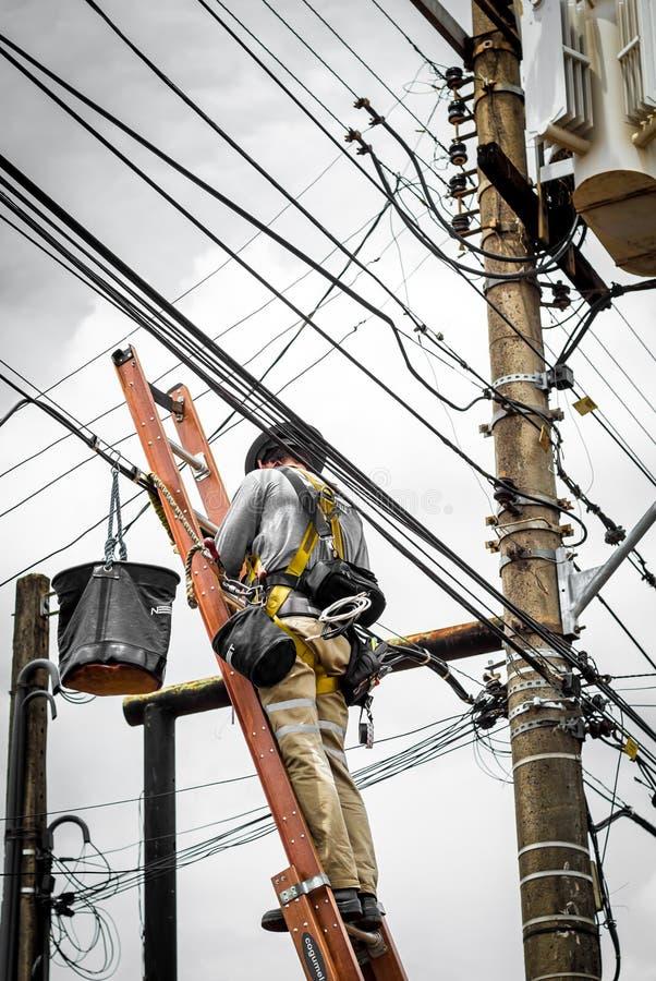 Электрик на электрическом поляке стоковые изображения