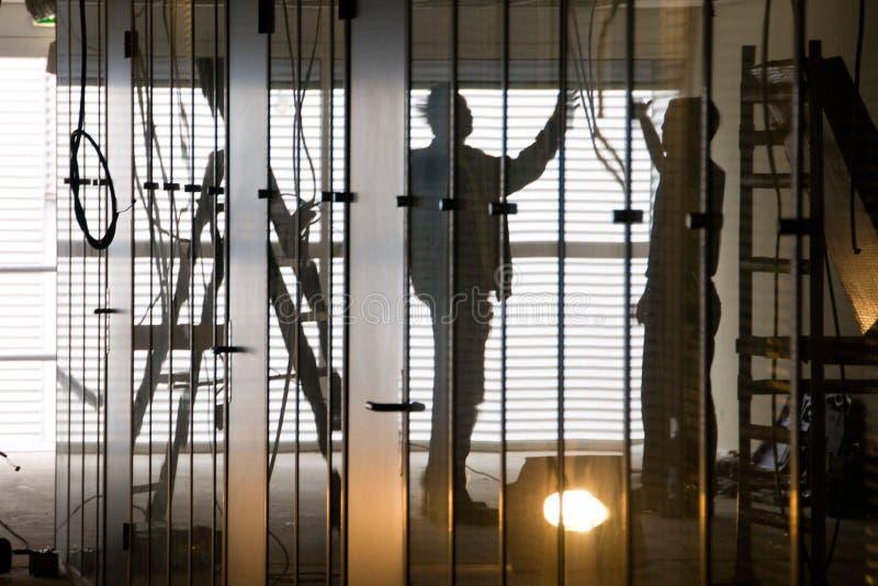 Электрик работая на проводке стоковое фото