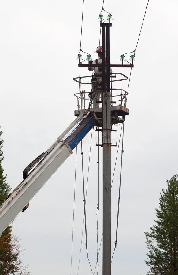 Электрик работая на штендере стоковые изображения rf