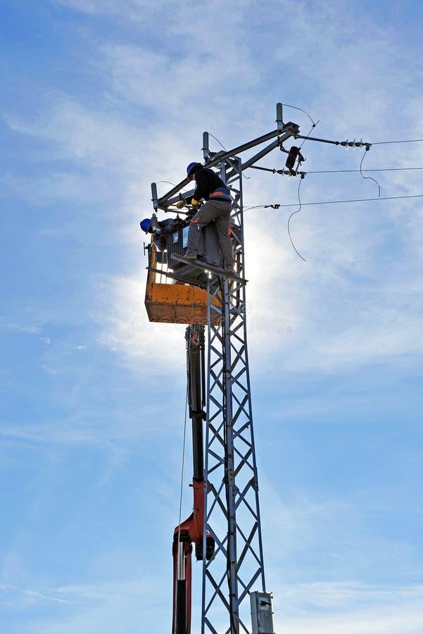 Электрик ремонтируя электрический трансформатор стоковое фото rf