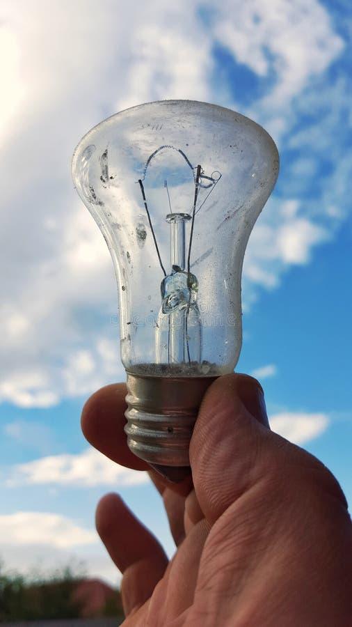 Электрическая лампочка в руке стоковая фотография rf