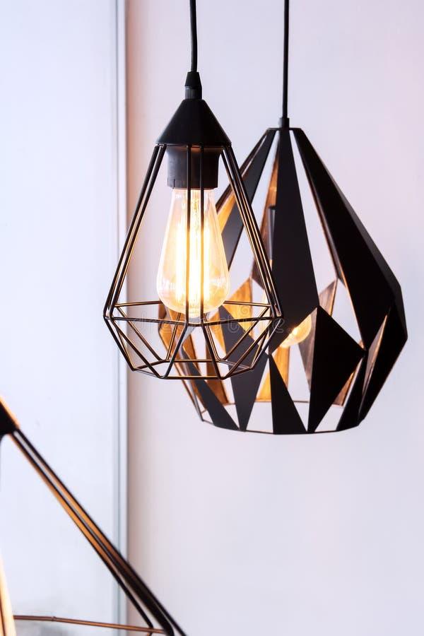 Электрическая лампочка и лампа Edison в современной кофейне стиля теплое фото тона стоковое изображение rf