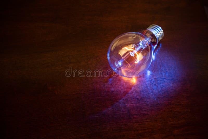 Электрическая лампочка на темной предпосылке стоковое изображение