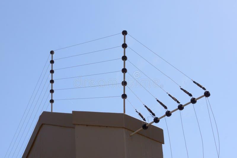 Электрическая загородка против голубого неба на пограничной стене стоковые изображения rf