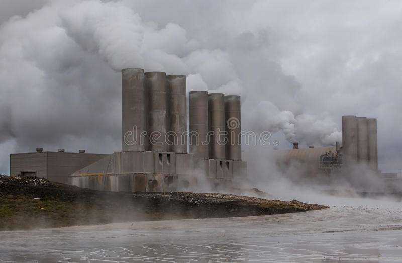 Электрическая станция геотермальной энергии, Исландия. стоковая фотография
