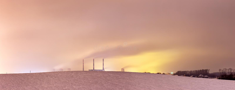 Электрическая станция и стояки водяного охлаждения тепловой мощности на ноче стоковое фото rf