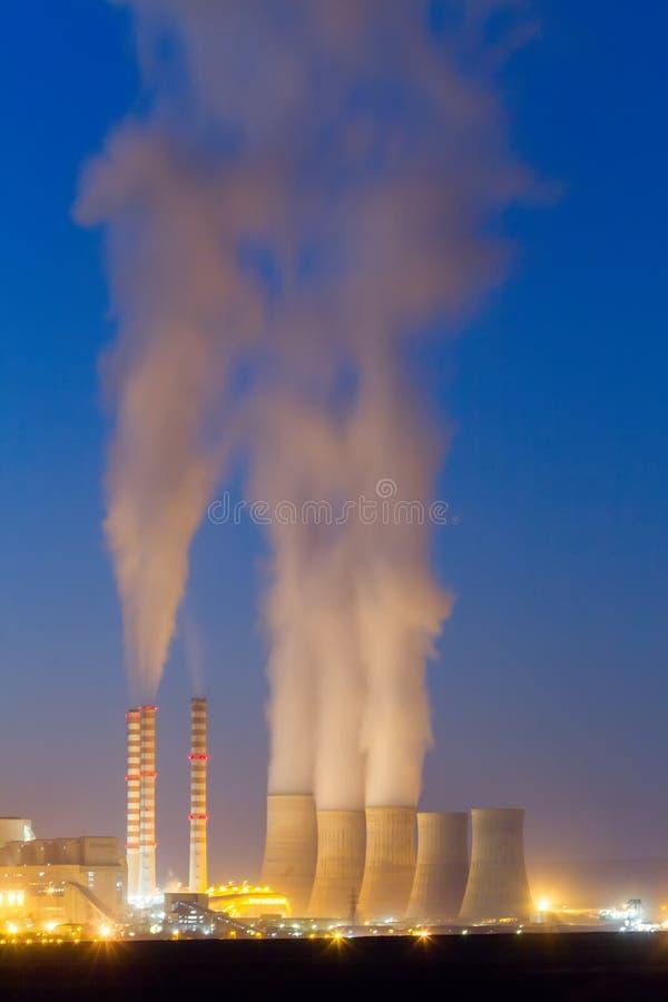 Электрическая станция электричества в козани Греции Медленная выдержка затвора стоковые фото