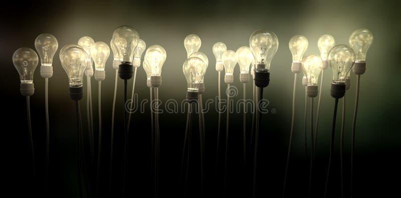 Электрические лампочки направляя к небу с жутким заревом стоковые фото